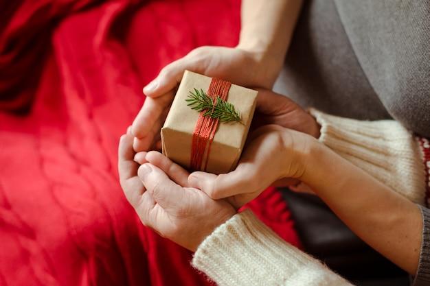 Vista de cima de um casal trocando presentes de natal