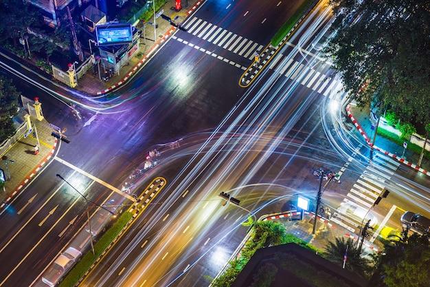 Vista de cima de um cruzamento de rua em bangkok, na tailândia, em uma noite chuvosa
