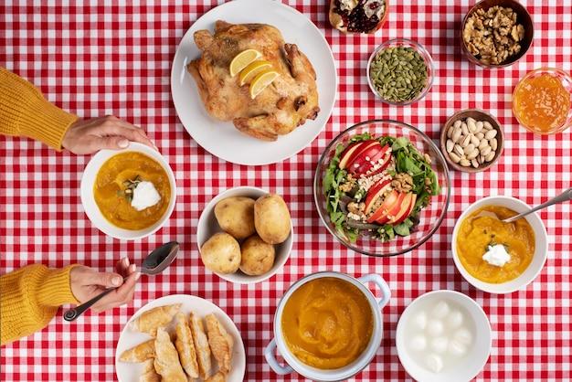 Vista de cima de uma mesa cheia de vários tipos de comida