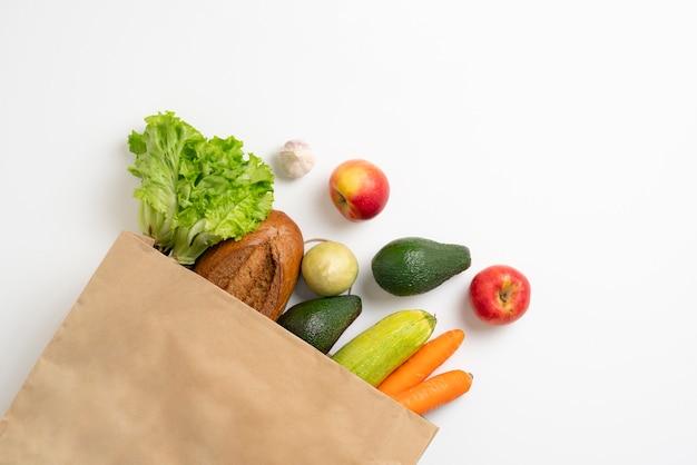 Vista de cima de uma sacola simples com alimentos frescos, conceito de compras ecológicas com desperdício zero
