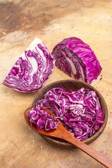 Vista de cima de uma tigela de repolho roxo picado pronto para salada de beterraba em uma mesa de madeira
