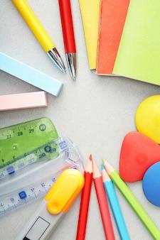 Vista de cima de uma variedade colorida de material escolar