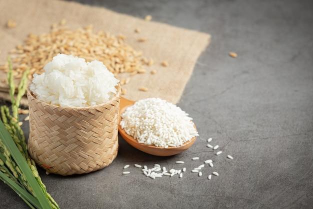 Vista de cima de vários tipos de produtos de arroz em um piso de madeira