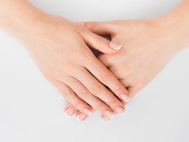 Vista de cima delicada manicured mãos