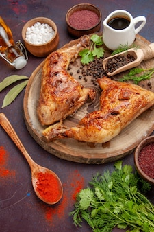 Vista de cima deliciosa galinha frita com temperos diferentes na mesa escura