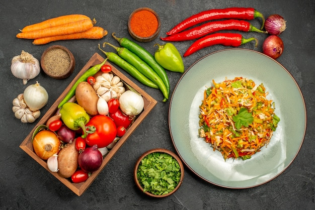 Vista de cima deliciosa salada com legumes frescos na mesa cinza comida dieta salada saúde