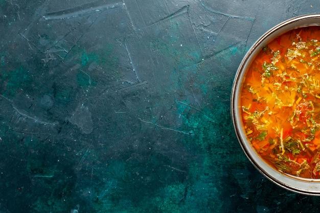 Vista de cima deliciosa sopa de vegetais dentro do prato em fundo verde-escuro comida ingrediente vegetal sopa produto refeição
