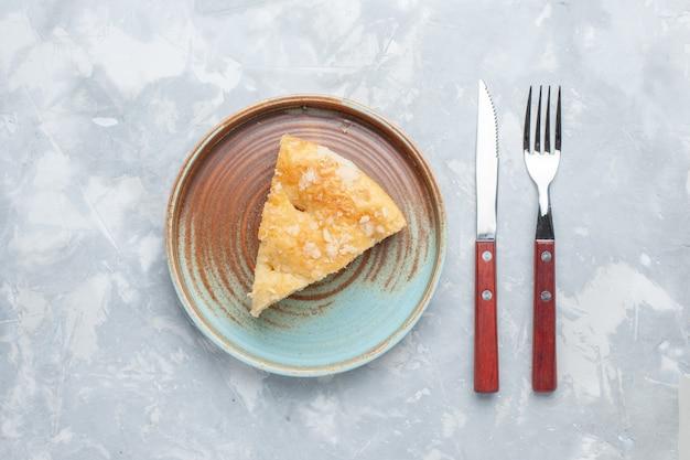 Vista de cima deliciosa torta de maçã fatiada dentro do prato na mesa de luz bolo de torta doce açúcar assado biscoito