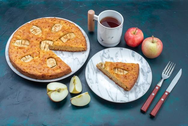 Vista de cima deliciosa torta de maçã fatiada inteira com chá de maçãs no fundo escuro torta de bolo de frutas doce