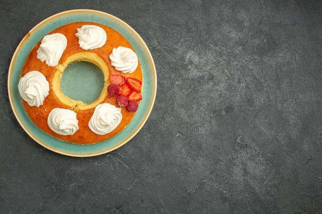 Vista de cima deliciosa torta redonda com frutas e creme no fundo escuro chá açúcar biscoito biscoito bolo torta doce