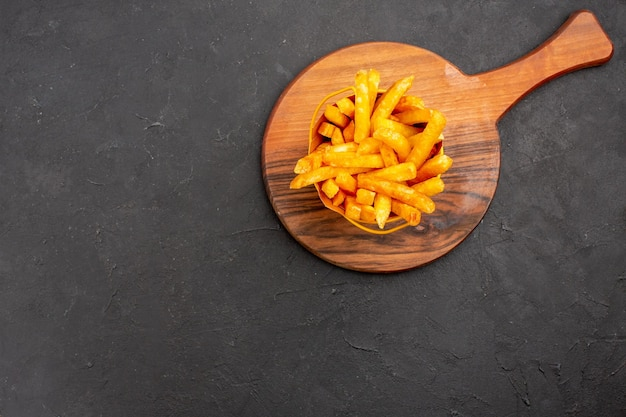 Vista de cima deliciosas batatas fritas dentro de uma cesta em fundo escuro lanche hambúrguer de vegetais refeição rápida de batata