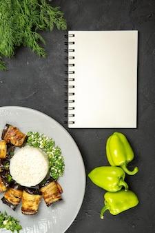 Vista de cima deliciosas berinjelas cozidas com arroz e pimentão na superfície escura jantar comida cozinhando farinha de arroz