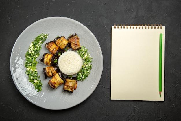 Vista de cima deliciosas berinjelas cozidas com verduras e arroz na superfície escura jantar comida óleo de cozinha farinha de arroz
