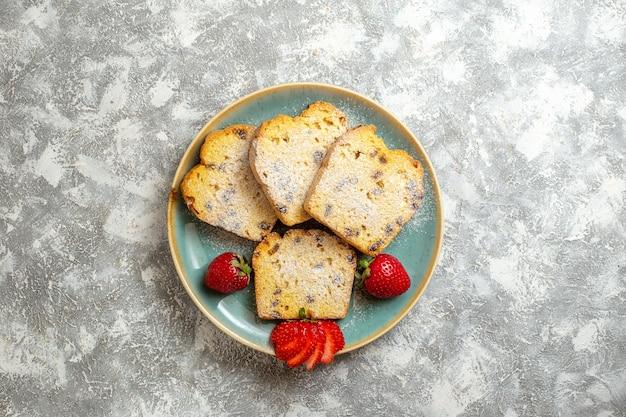 Vista de cima deliciosas fatias de bolo com frutas na superfície clara torta de bolo de frutas doce