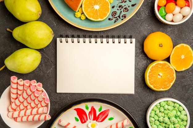 Vista de cima deliciosas fatias de torta com tangerinas frescas e peras no fundo cinza torta de frutas doces massa de bolo de chá