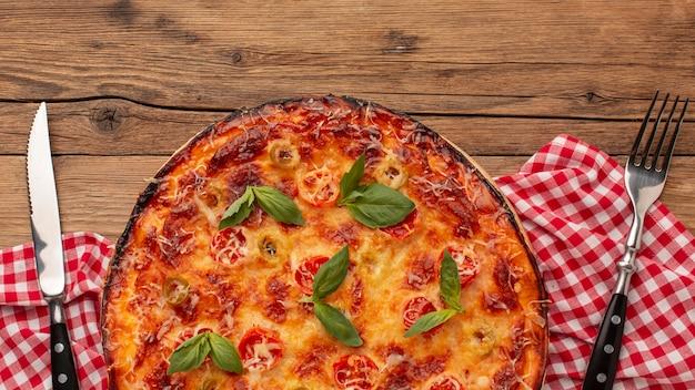 Vista de cima deliciosas pizzas e talheres