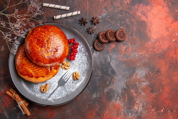 Vista de cima deliciosas tortas com frutas vermelhas na mesa escura torta de bolo doce