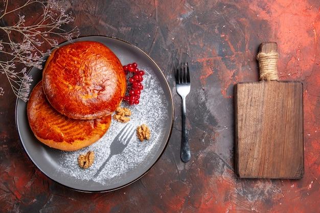 Vista de cima deliciosas tortas com frutas vermelhas na mesa escura torta doce