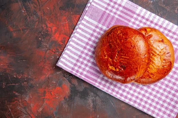 Vista de cima deliciosas tortas doces em torta escura de mesa, bolo doce de biscoito