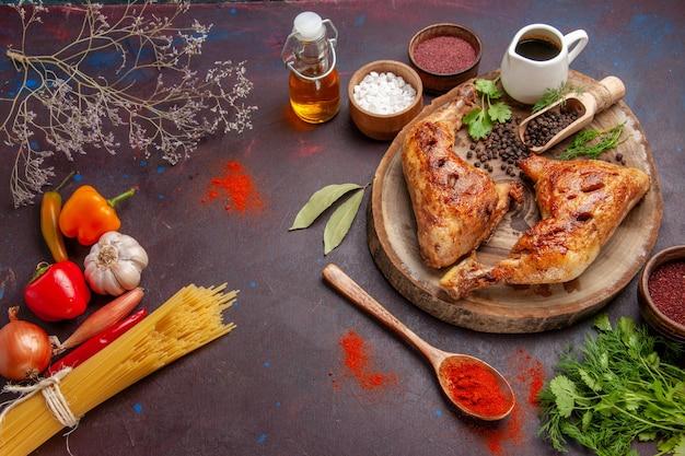 Vista de cima delicioso frango frito com temperos diferentes no espaço escuro