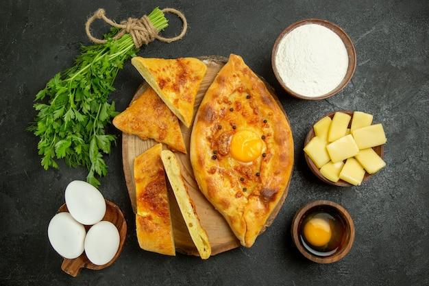Vista de cima, delicioso pão de ovo assado em fatias com queijo e farinha no espaço cinza