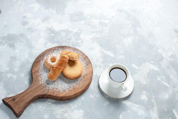 Vista de cima deliciosos bagels com bolos em fundo branco claro.