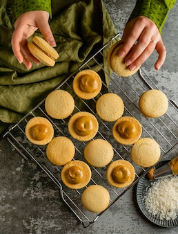 Vista de cima deliciosos biscoitos com creme