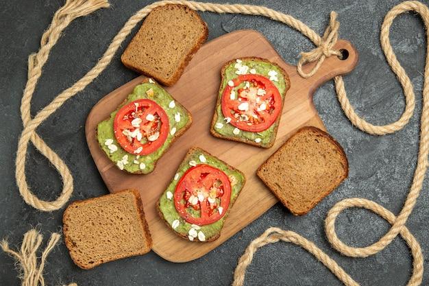 Vista de cima deliciosos sanduíches com wassabi e tomate vermelho na superfície cinza, pão, hambúrguer, sanduíche, lanche