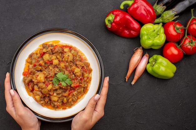 Vista de cima deliciosos vegetais cozidos com vegetais frescos na superfície cinza refeição, salada, molho saudável, comida