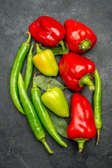 Vista de cima diferentes pimentas frescas
