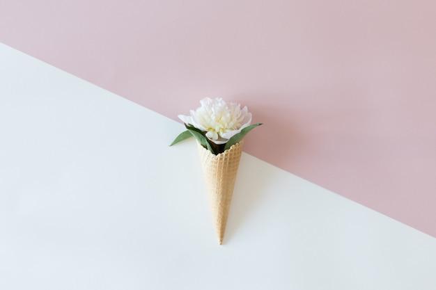 Vista de cima do cone de waffle com composição de flores de peônia