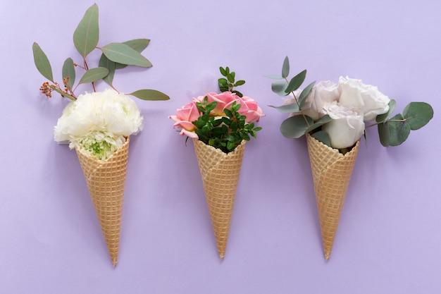 Vista de cima do cone de waffle com composição de flores