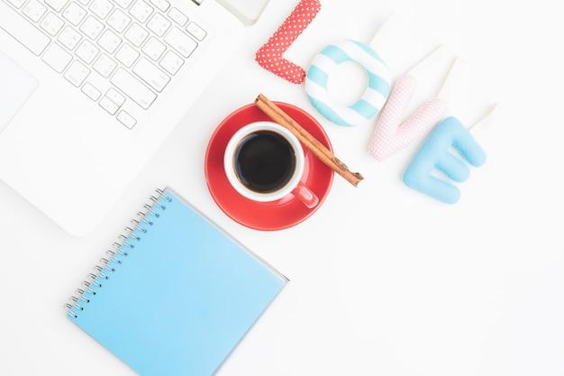 Vista de cima do espaço de trabalho com laptop, xícara de café