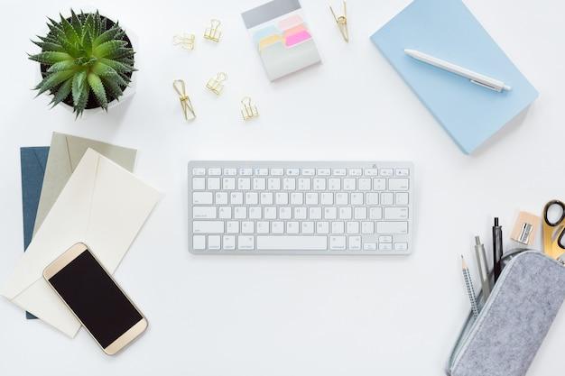 Vista de cima do local de trabalho de negócios com teclado de computador, caderno plana leigos.