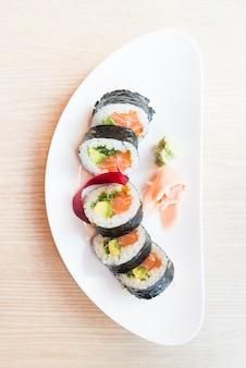 Vista de cima do rolo de sushi
