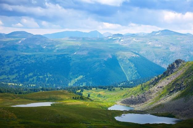 Vista de cima dos lagos nas montanhas de altai