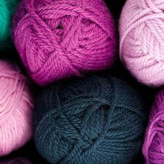Vista de cima e fio de lã verde e rosa