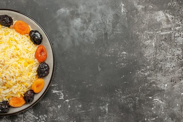 Vista de cima, em close-up, arroz, um apetitoso arroz e frutas secas no prato