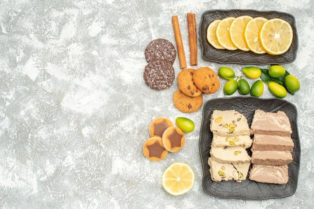 Vista de cima em close-up doces biscoitos halva semente de girassol frutas cítricas canela