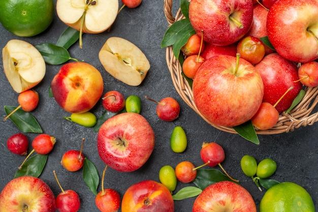 Vista de cima em close-up frutas diferentes frutas vermelhas na cesta
