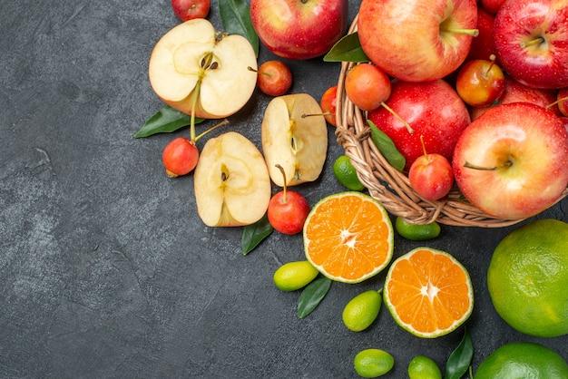 Vista de cima em close-up frutas frutas e bagas na cesta maçãs e frutas cítricas