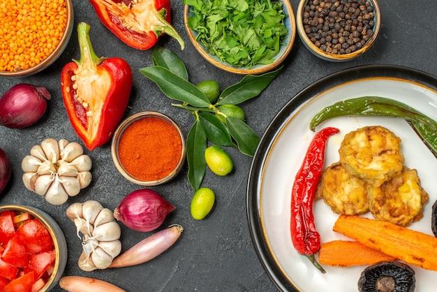 Vista de cima em close-up legumes legumes especiarias ervas frutas cítricas prato de cogumelos pimenta picante