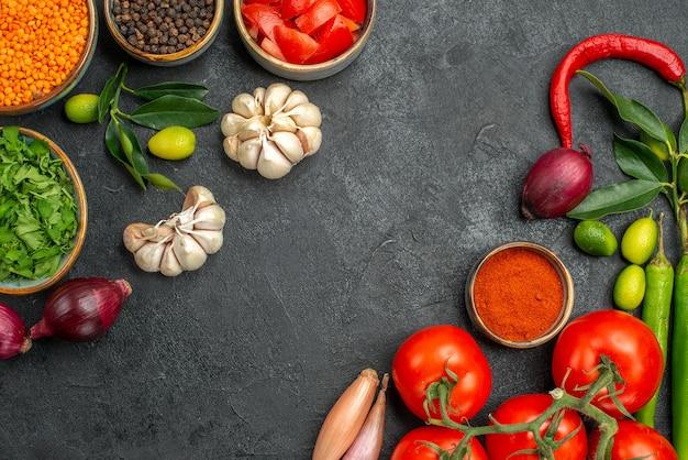 Vista de cima em close-up legumes lentilha cebolas alho pimenta pimenta especiarias tomate