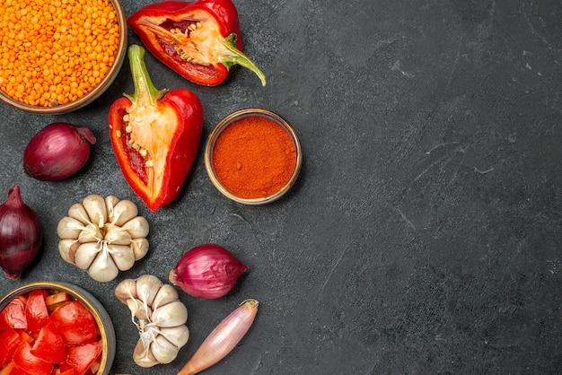 Vista de cima em close-up legumes lentilha especiarias alho cebola tomate pimentão