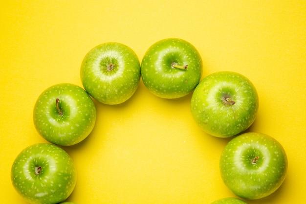 Vista de cima em close-up, maçãs verdes, seis apetitosas maçãs verdes na mesa