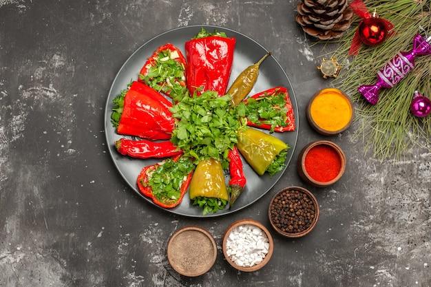 Vista de cima em close-up pimentas cinco especiarias as pimentas apetitosas com cone de ervas, brinquedos de natal