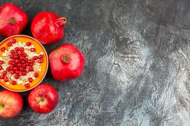 Vista de cima em close-up romãs maçãs sementes de romãs de romãs com farinha de aveia