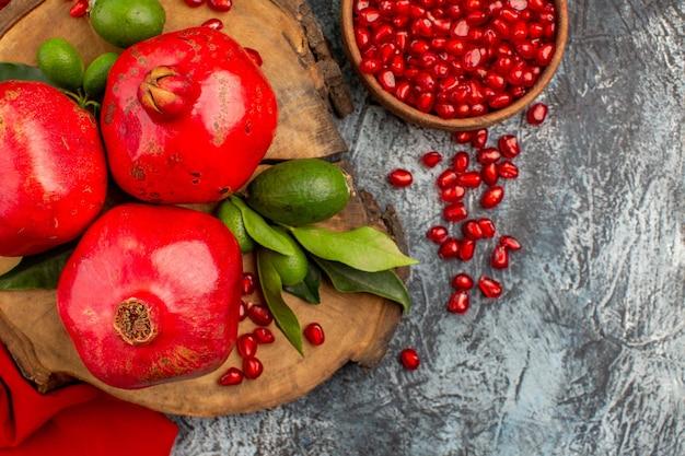 Vista de cima em close-up romãs romãs apetitosas na placa de madeira sementes de romã