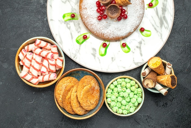 Vista de cima em close-up um bolo um bolo com frutas vermelhas waffles os apetitosos biscoitos doces coloridos