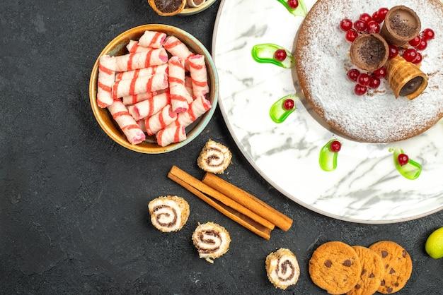 Vista de cima em close-up um bolo um bolo com waffles paus de canela biscoitos doces